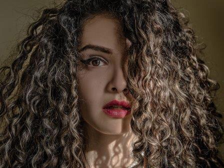 Jak zakręcić włosy bez lokówki? 3 sprawdzone sposoby