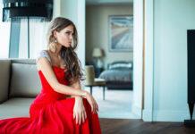Jakie dodatki biżuteryjne do czerwonej mini sukienki wybrać?