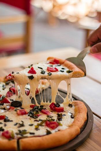 Przekrój przez pizzę, czyli co najbardziej lubią Polacy i dlaczego jest to pizza?