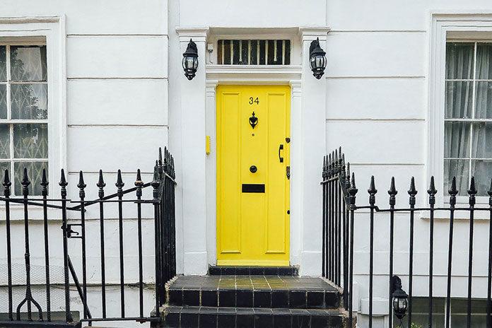Fototapeta samoprzylepna na drzwi – zapomnij o nudnych wnętrzach