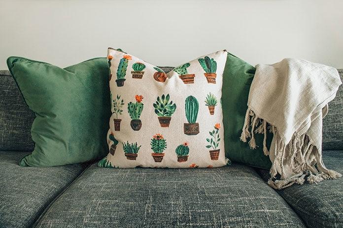 Poduszki dekoracyjne do salonu jako walka z monotonią