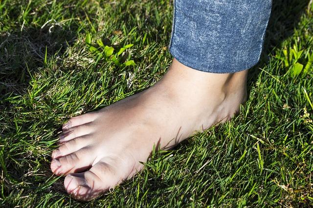 Kurzajki na stopach - jak sobie z nimi radzić?