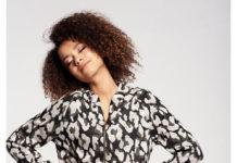 Jak nadać spódnicy luźnego stylu? Zestaw ją ze sportową bluzą