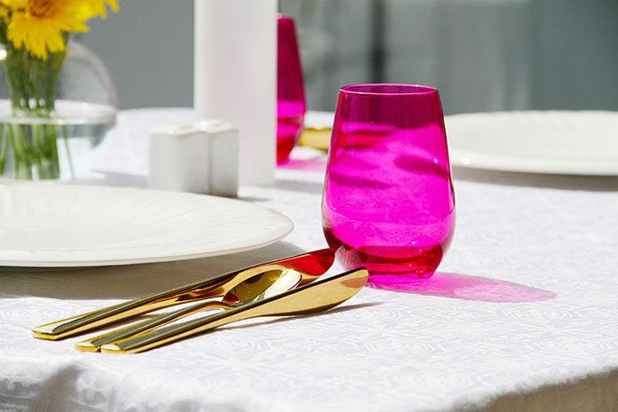 Jak wybrać zastawę stołową i pięknie udekorować stół
