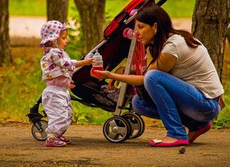 Kiedy przesadzić dziecko z gondoli do spacerówki