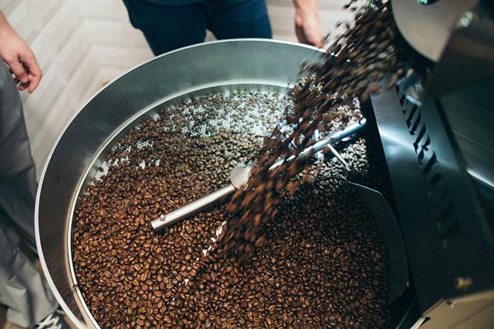 Chwila z kawą świeżo paloną